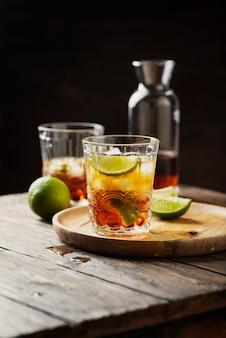 Sterke gouden rum met limoen en ijs