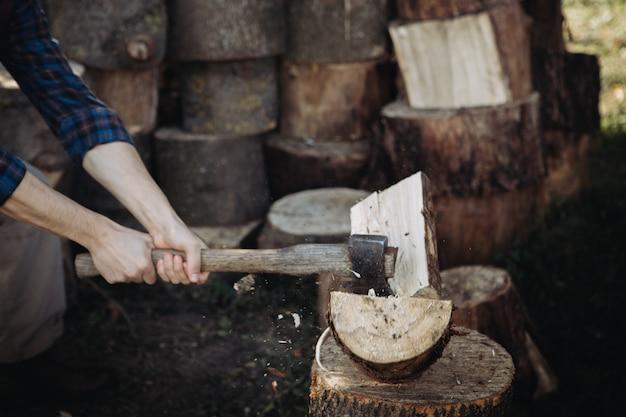 Sterke houthakker houthakken met een scherpe bijl