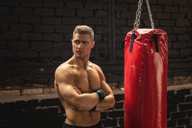 Sterke jonge mma vechter en rode bokszak