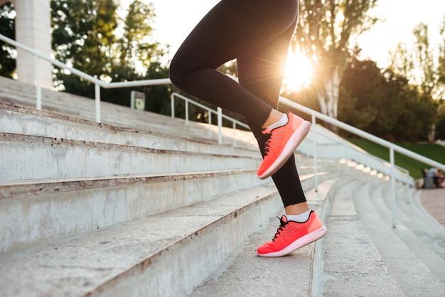 Sterke jonge sport vrouw loopt