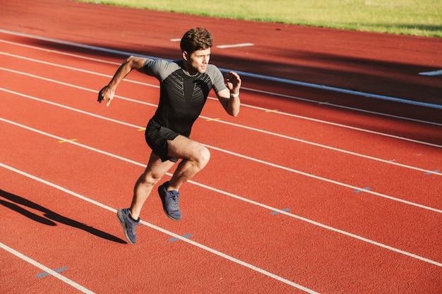 Sterke jonge sportman loopt