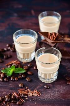 Sterke koffielikeur met koffiebonen en pure chocoladestukjes