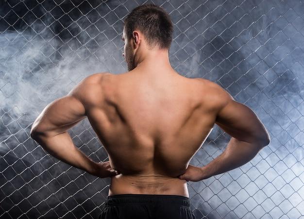 Sterke man die zijn spieren buigt
