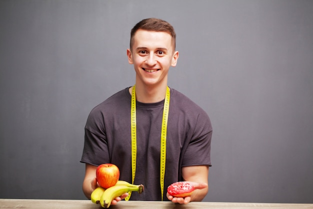 Sterke man eet een eiwitrijke maaltijd van fruit