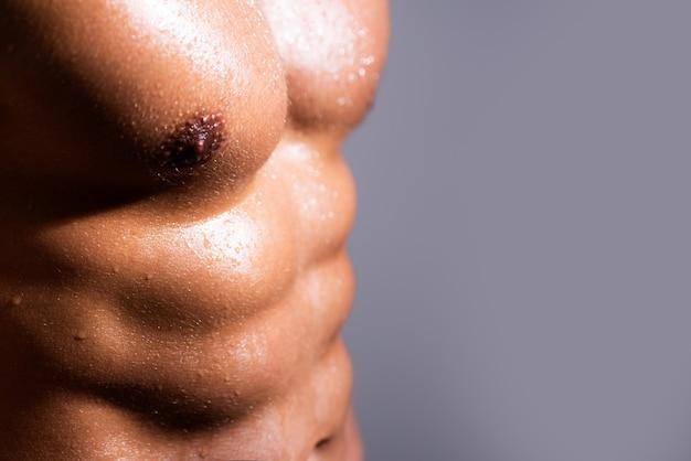 Sterke man met atletisch lichaam. mannen buikspieren. fitness buikspier. mannen sixpack.