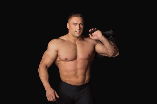 Sterke man met sporttas op zwart op blackk