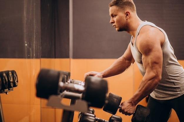 Sterke man trainen in de sportschool