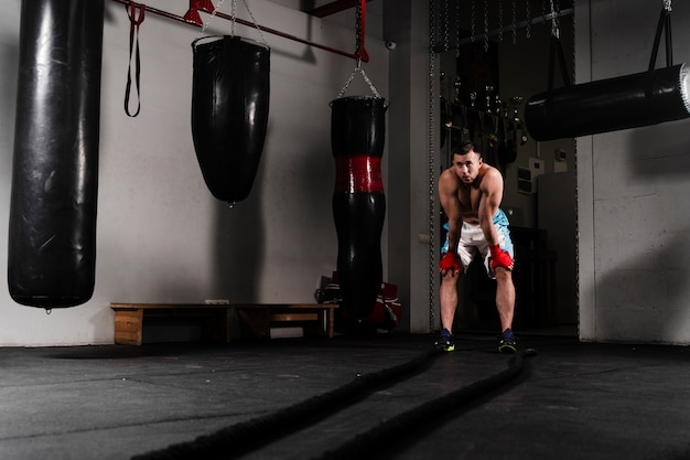 Sterke mannelijke bokser training voor een wedstrijd