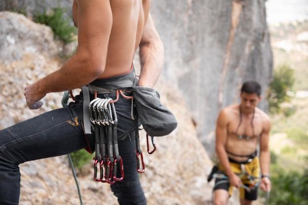 Sterke mannen maken zich klaar om te klimmen