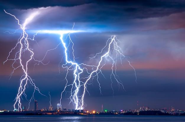 Sterke onweersbui met bliksem over de stad