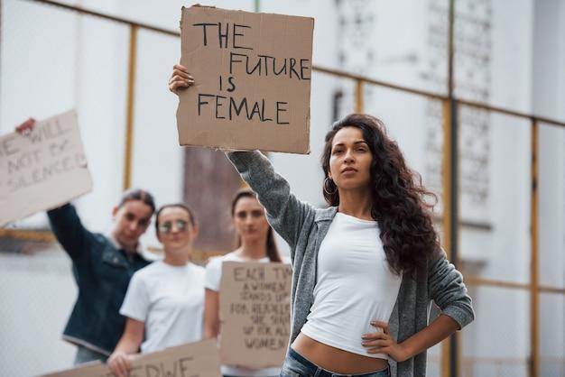 Sterke vrouw. een groep feministische meisjes protesteert buitenshuis voor hun rechten