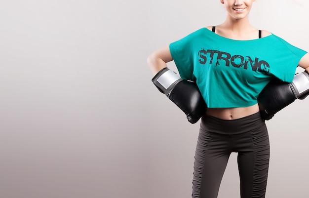 Sterke vrouw poseren met bokshandschoenen
