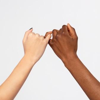 Sterke vrouwtjes die elkaars hand vasthouden en steun voor elkaar tonen