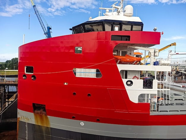 Stern bovenbouw van een droge lading schip met een kapiteins overbrugde navigatie-apparatuur een reddingsboot