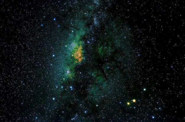 Sterren en melkweg heelal hemel nacht universum zwarte sterrenhemel achtergrond van glanzende starfield