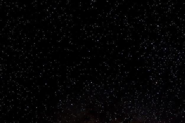 Sterren en melkweg kosmische ruimte nacht universum zwarte sterrenhemel achtergrond van glanzende starfield