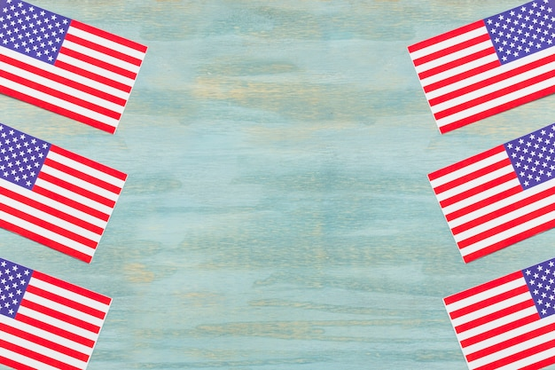 Sterren en strepen op amerikaanse vlaggen over de houten geweven achtergrond
