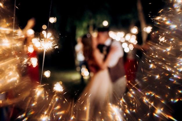 Sterretjes op de bruiloft, een paar pasgetrouwden op de achtergrond
