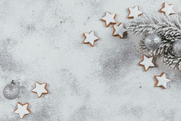 Stervorm cookies en kerstversiering op witte achtergrond. wintervakantie concept. bovenaanzicht, vrije ruimte voor tekst
