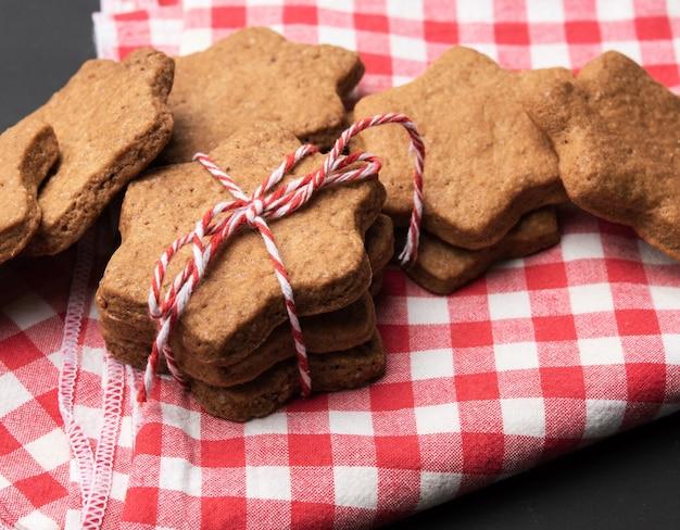 Stervormige gebakken peperkoekkoekjes, close-up