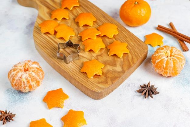 Stervormige mandarijnschil voor decoratie.