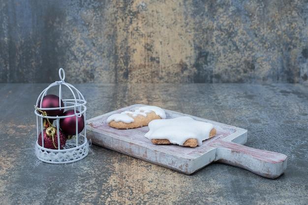 Stervormige peperkoekkoekjes en stelletje kerstballen op marmeren oppervlak. hoge kwaliteit foto