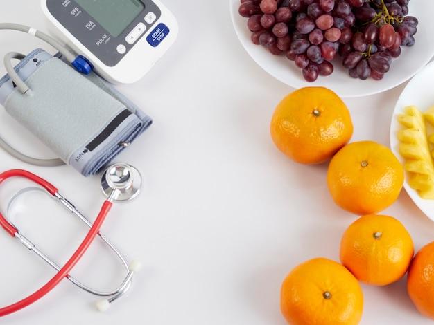 Stethoscoop en automatische bloeddrukmeter