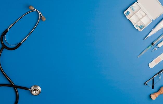 Stethoscoop en coronavirus medische benodigdheden, blauwe achtergrond