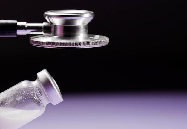 Stethoscoop en glazen injectieflaconvaccin