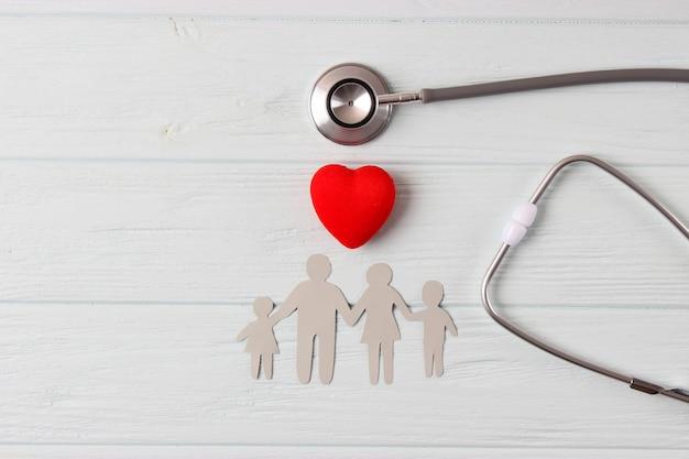 Stethoscoop en hart op een gekleurde achtergrond bovenaanzicht huisartsgeneeskunde