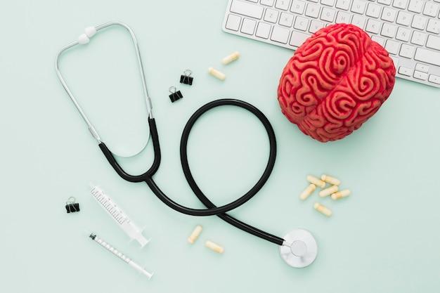 Stethoscoop en hersenen op bureau