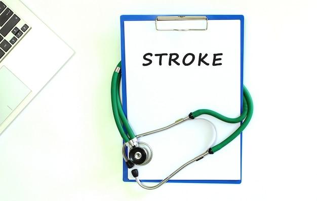 Stethoscoop en klembord met stroke-tekst op wit vel papier en kopieer de ruimte