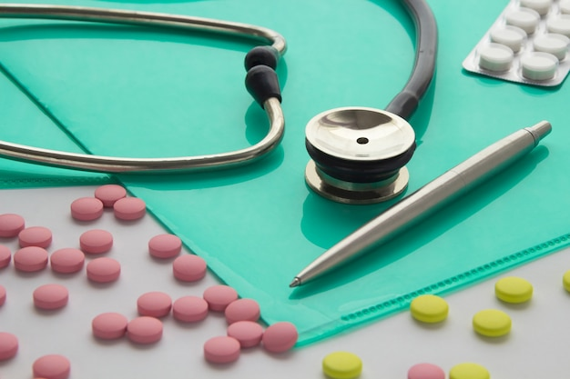 Stethoscoop en pillen op het bureaublad