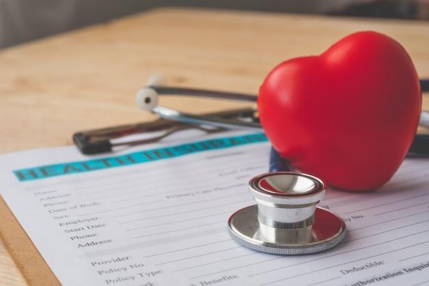 Stethoscoop en rekenmachine geplaatst op ziekteverzekeringsdocumenten, individuele medische ziektekostenverzekering. concept levensplanning