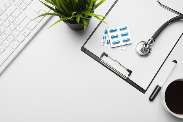 Stethoscoop, klembord en pillen, close-up. medische apparatuur