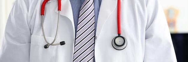 Stethoscoop liggend op mannelijke therapeut arts borst
