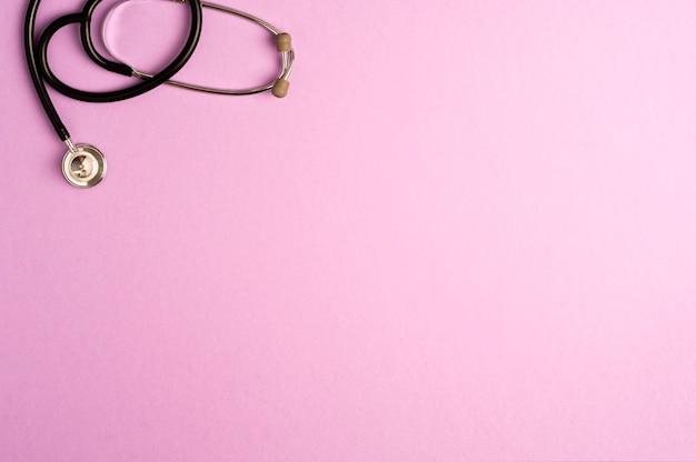 Stethoscoop, lila achtergrond met kopie ruimte. bovenaanzicht