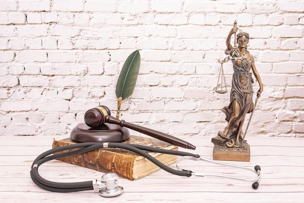 Stethoscoop met de hamer van de rechter en het symbool van rechtvaardigheid. concept van medische verwondingen.