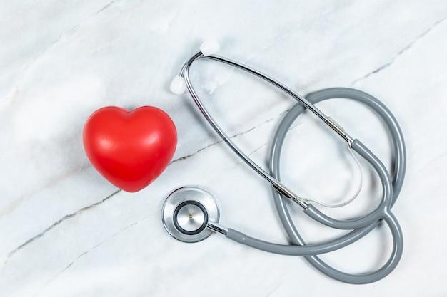Stethoscoop met hart op tafel achtergrond. heath zorgconcept.