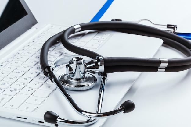 Stethoscoop met laptop op de tafel