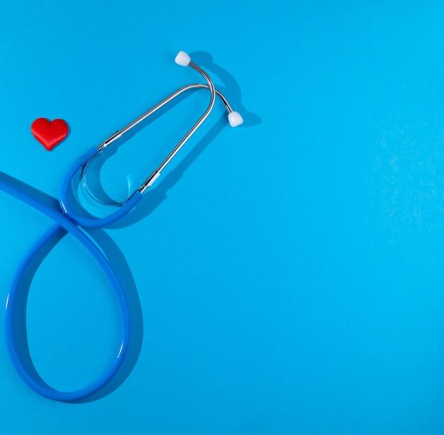 Stethoscoop met rood hart op blauwe achtergrond