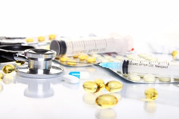 Stethoscoop met verschillende farmaceutische spullen