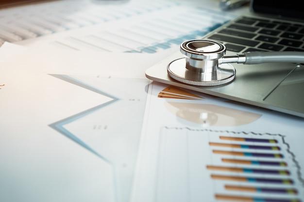 Stethoscoop op computer met testresultaten in artsen raadplegende ruimte