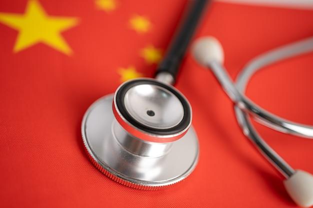Stethoscoop op de vlag van china, controleer het probleem van het zakelijke en financiële concept.