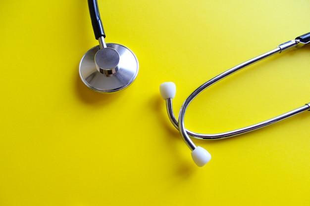 Stethoscoop op een geel. het medicijn