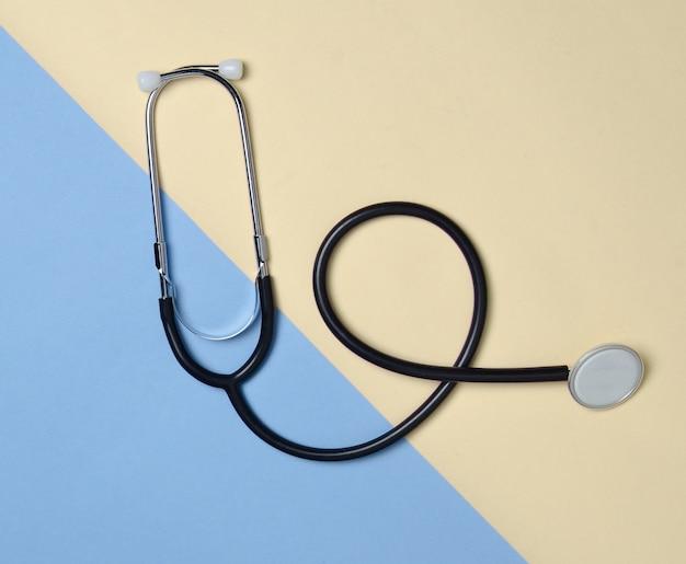 Stethoscoop op een gekleurde pastel, minimalistische trend