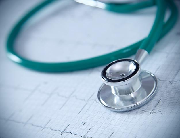 Stethoscoop op fysiek millimeterpapier