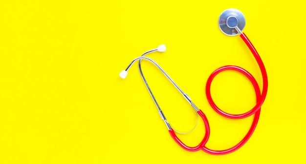 Stethoscoop op gele achtergrond. kopieer ruimte