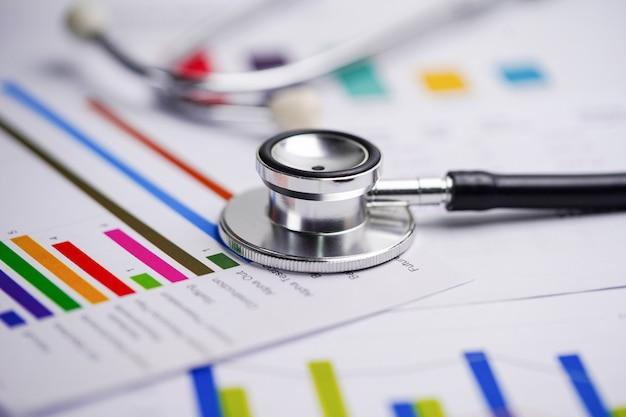 Stethoscoop op grafieken en grafieken spreadsheet papier