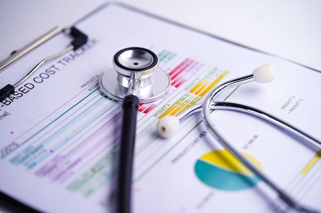 Stethoscoop op grafieken of grafieken papier